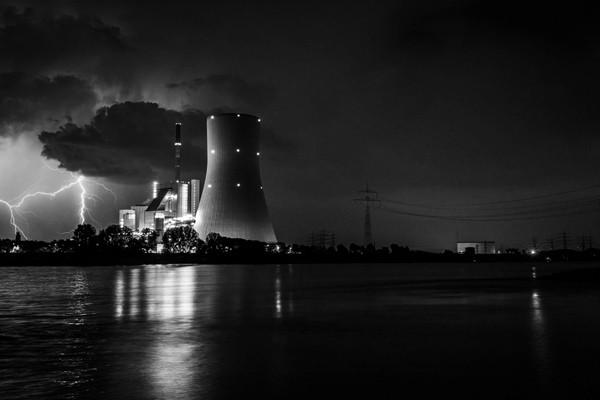 Foto Wolff-Foto des Monats Oktober 2019: Blitz am Nachthimmel beim STEAG Heizkraftwerk Walsum, von Martin Strohscheidt