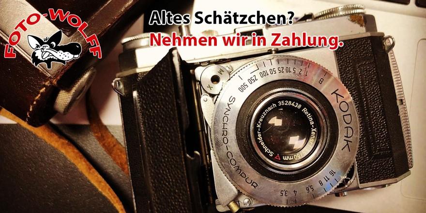 Alte Kodak-Kamera mit Tasche. Altes Schätzchen? Nehmen wir in Zahlung.