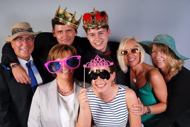 Familienfoto von der Abschlussfeier, mit Spaß-Accessoires