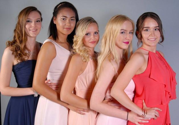 Gruppenfoto der besten Schulfreundinnen auf dem Abiball