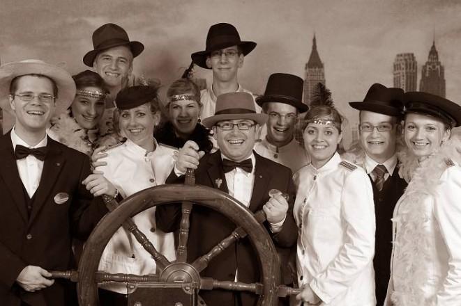 Nostalgiefoto: diese Gruppe sticht in den 20er Jahren vor New York in See