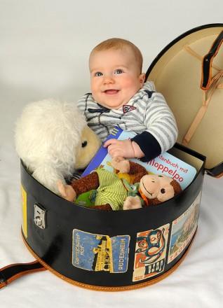 Ein lächelndes Baby im Korb