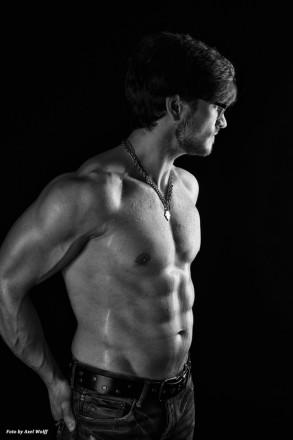 Ästhetisches Foto eines muskulösen jungen Mannes mit freiem Oberkörper und Waschbrettbauch