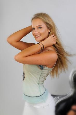 Verführerisches Porträt einer jungen blonden Dame