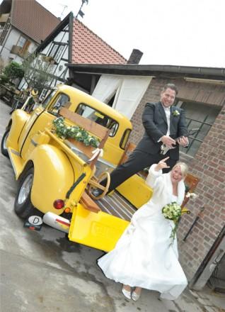 Hochzeitsfotograf Foto Wolff: Brautpaar in rockiger Pose auf dem Oldtimer Chevrolet Pickup Truck