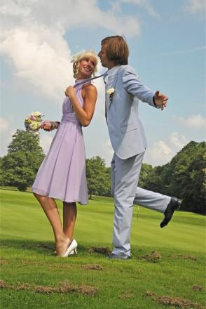 Hochzeitsfotograf Foto Wolff: Braut zieht ihren Bräutigam am Schlips zu sich