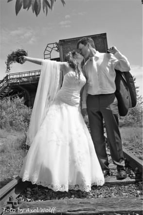 Hochzeitsfotograf Foto Wolff: romantischer Kuss in Schwarzweiß auf Gleisen