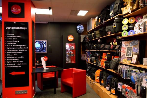 Das Foto Wolff-Ladenlokal: Sitzplätze für das ausführliche Gespräch und ein großes Zubehör-Regal