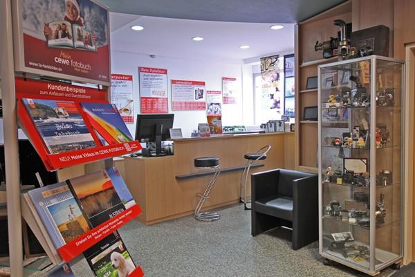 Das Foto Wolff-Ladenlokal: Durchgang zum Digitallabor