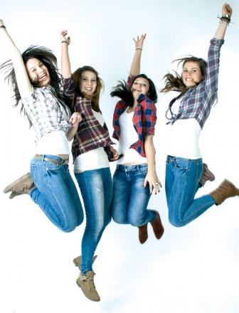 Porträtfotografie von Foto Wolff: Jumping-Foto mit Mädchen