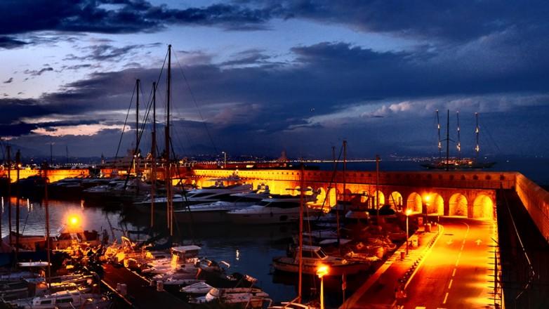 Yachthafen in Kroatien zur blauen Stunde