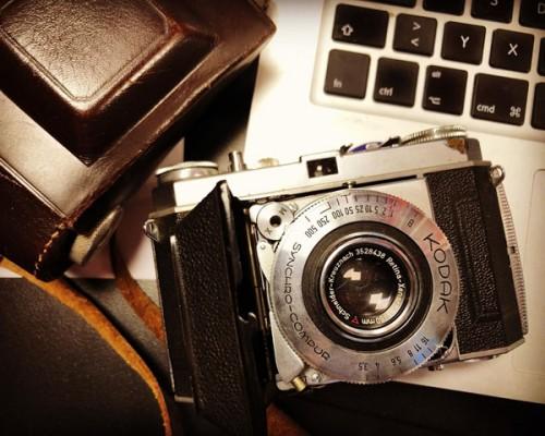 Alte Kodak-Kamera mit Tasche: Bei Foto Wolff in Dinslaken können Sie Ihre alte Kamera in Zahlung geben