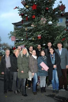 Die Paten der Bahnstraße haben den Weihnachtsbaum der Stadt geschmückt